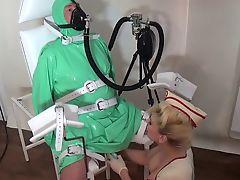 Госпожа запаковала раба в резину и следит за его дыханием