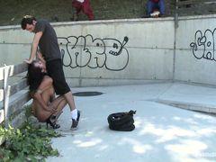 Красивая Franceska Jaimes сосет член и трахается на улице