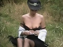 Красивая женщина-полицейский расслабляется на лужайке