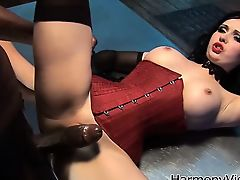 Огромный черный хуй шпилит красивую грудастую брюнетку в корсете