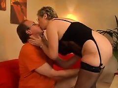 Сексуальная зрелая трахнувшаяся мамочка