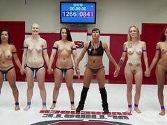 Девушки становятся мокрыми и скользкими на борющейся арене