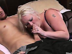 Толстая зрелая блондинка сосет у молодого человека